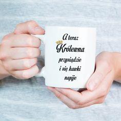 A teraz Królewna przysiądzie i się kawki napije  #kawa #kawka #kubek #kubekznapisem #królewna #królowa #queen #dlaniej Letter Board, Lettering, Drawing Letters, Brush Lettering