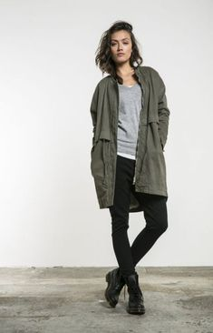 Doc Martens have been in style for almost 60 years, discover what made them so popular. We also discuss how to wear them in style! Doc Martens Outfit, Doc Martens Style, Dr Martens Stil, Dr. Martens, Military Boots Outfit, Army Jacket Outfits, Army Green Jacket Outfit, Parka Outfit, Look Fashion