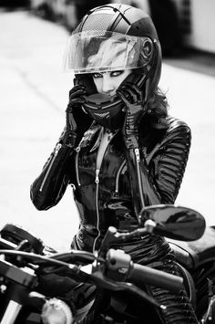 ☺Kinky Moto Girl -- New Latex Biker Catsuit by Lacing Lilith Motorcycle Suit, Motorbike Girl, Lady Biker, Biker Girl, Pantalon Vinyl, Motard Sexy, Chicks On Bikes, Cafe Racer Girl, Ducati Monster