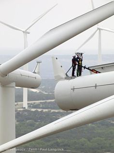 Wind Farm Forest Creek producing 2,3 MW with wind turbines made by Siemens. Workers working on top of wind turbine.  04/28/2011  © Greenpeace / Zenit / Paul Langrock.