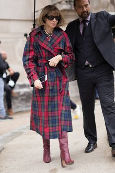 Anna Wintour is seen attending Paco Rabanne during Paris Fas.- Anna Wintour is seen attending Paco Rabanne during Paris Fashion Week wearing a plaid coat on September 28 2017 in Paris France - Trench Coat Style, Plaid Coat, Tartan Fashion, Fashion Outfits, Over 50 Womens Fashion, Love Fashion, Mode Tartan, Checkered Outfit, Anna Wintour Style