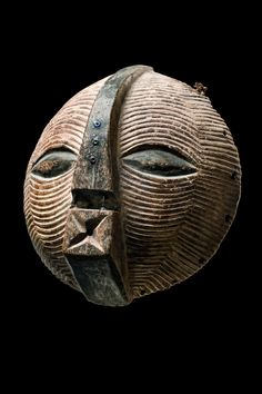 round Luba (kifwebe) passport mask, D.R.Congo. tribal-art-auktion.de