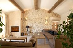 On note : ce magnifique mur en pierres, imitable grâce à l'enduit Décopierre ! House Design, Sweet Home, House, French House, Country Interior, Home Deco, Cheap Hotel Room, Home Decor, Living Room Designs