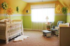 Gelbe Nuancen mit weißen Akzenten im Baby Zimmer
