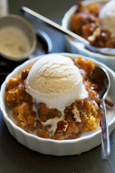 Pumpkin Pecan Cobbler is the ultimate fall dessert with cake on the top and hot caramel sauce on the bottom! I think I've found pumpkin dessert mecca. I love me a good chocolate lava cake, but no ot 13 Desserts, Delicious Desserts, Dessert Recipes, Yummy Food, Dessert Ideas, Delicious Chocolate, Pumpkin Recipes, Fall Recipes, Sweet Recipes