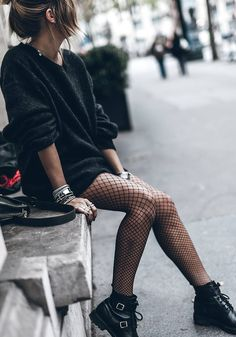 Reasons That Will Convince Your To Wear Fishnets And Rock Them This Fall. The I - Netzstrumpfhose Medias de rejilla - Fashion Outfits Rock Outfits, Edgy Outfits, Grunge Outfits, Cute Outfits, Converse Outfits, Batman Outfits, Fur Fashion, Look Fashion, Autumn Fashion
