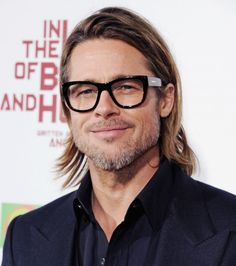 Davis Vision - Brad Pitt looks great in thick-rimmed specs. Brad Pitt, Mens Glasses Frames, Cool Glasses, Glasses Style, Eye Glasses, Fall Hair Cuts, Lunette Style, Men Eyeglasses, Mens Fashion Blog