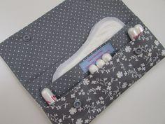 Idee Dieses Etui muss einfach in jede Hand- und jede Sporttasche. Schlicht und dennoch romantisch verspielt. Ganz in Weiß und Grau gehalten, ist dieses Hygiene-Etui ein schicker Begleiter für jeden...