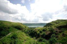 Lonar cráter. La edad del cráter es generalmente estimada en 52.000 ± 6.000 años. tiene un diámetro medio de 1,2 kilómetros