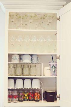 Kitchen cupboard organization. Organización de la vajilla en la cocina.