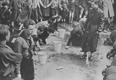 La Gioventù hitleriana impone agli ebrei di pulire un pavimento (uno dei più umilianti gesti antisemiti), 1939