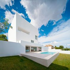 Vista desde la piscina y jardín. Casa Cala por Alberto Campo Baeza. Fotografía @ Javier Callejas Sevilla. Señala encima de la imagen para verla más grande.