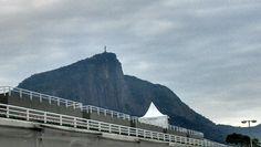 Cristo Redentor lá no fundo de braços abertos - Rio de Janeiro