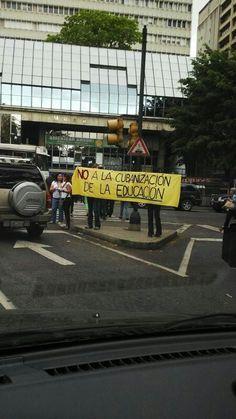 Está mañana padres protestando contra la reforma de educación #Chacao 21A (vía @monikasledz) pic.twitter.com/MaxBYdZRvi