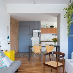 With only 50 sqm, this cute apartment has smart ideas that make the spaces seem bigger. Check it out! (in Portuguese)