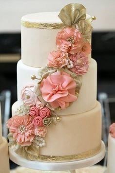 Weddbook ♥ Chic rot gefärbten Kuchen. 3-Tier-Hochzeitstorte.  Tier  fondant  Blume  country  erröten