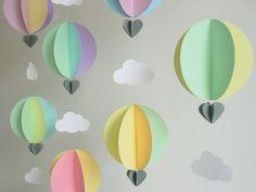 Los muchos matices y formas simples de estas guirnaldas de globos de aire caliente añaden un montón de color y alegría para baby shower y fiestas