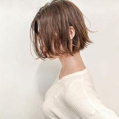 [ハンサムショートボブ] . オーダー率の高いスタイルです。 . パツっとした質感軽さがあるデザイン . 立体感をだすためにいれたハイライトに 柔らかな透明感をだす[シアーベージュ]もおススメ . ファッション感にあうヘアデザインを提案します . #shima #きりっぱなしボブ #ショートボブ #大人可愛い