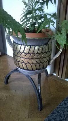 Amfora-adrian v. Tire Furniture, Diy Furniture Projects, Tire Garden, Garden Art, Tyres Recycle, Repurpose, Tire Craft, Tire Planters, Cement Art