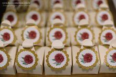 Festa Mini Wedding Marsala by Decore & Comemore // Ideia para casamento com decoração intimista. Papelaria temática e peças decorativas e móveis para locação. Embalagens para bem casado com selo do tema da festa, sugestão para lembrancinha.
