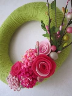 10 inch straw wreath wrapped in grass green yarn, decorated with pink felt flowers and floral stems. No instructions, great idea! Felt Flower Wreaths, Felt Wreath, Diy Wreath, Felt Flowers, Fabric Flowers, Floral Wreath, Straw Wreath, Summer Wreath, How To Make Wreaths
