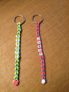 Have to show the girls these! Rainbow Loom Personalized Keychain for the backpacks! Rainbow Loom Tutorials, Rainbow Loom Patterns, Rainbow Loom Creations, Rainbow Loom Keychain, Rainbow Loom Charms, Loom Bands Designs, Loom Band Patterns, Loom Love, Fun Loom
