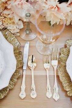 #Gold flatware and plate #design pared with light pink #flowers. What a beautiful #tablescape!
