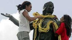 Image copyright                  Reuters                  Image caption                                      Casi 1.000 personas ayudaron a tirar de la cuerda para derribar a Cristóbal Colón                                Fue juzgada, condenada, derribada, arrastrada y colgada. Y ahora paga penitencia olvidada, escondida y desaparecida. La estatua de Colón qu