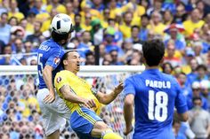 Italy's defender Andrea Barzagli (L) vies with Sweden's forward Zlatan Ibrahimovic during the Euro 2016 group E football match between Italy and Sweden at the Stadium Municipal in Toulouse on June 17, 2016.  / AFP / JONATHAN NACKSTRAND