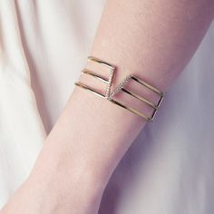 Manchette VEGAS (179€ TTC) en plaqué or 18 carats jaune dans sa version « Chic ». Votre bijou PHEBUS&Co est garanti 2 ans et vous est livré dans un pochon à l'intérieur de l'écrin magnet. Réf : 66300004 #mode #fashion #phebusandco #necklace #collier #colliers #bracelet #bracelets #ring #rings #jewelry #jewelrydesign #lifestyle #bijou #bijoux