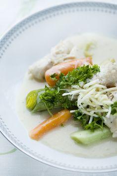 Klassisk dansk ret hvor der er sparet på kalorierne! kogt kylling med peberrodssovs kan serveres med kartofler og de grønsager som kyllingen er kogt sammen med.