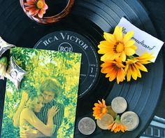 Ultimissime dall'orto: vinile, monete, vecchie cartoline e la floral moodboard è anni Settanta
