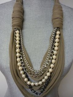 Es ist Zeit, Fett zu sein! Zeigen Sie Ihr Gespür für Dramatik mit diesem sensationellen Dicke Halskette-Schal mit Kette und Perle Detail. Sieht fantastisch aus mit einem Kragen Hemd, eine kleine schwarze Kleid oder sogar ein einfaches T getragen! Umfang an kleinste Punkt: 31(79 Cms) Farben: Taupe Stoff mit Silber Ketten und cremige weiße Perlen Material: Baumwolljersey, Metall & faux Perlen Handgefertigt und versandbereit