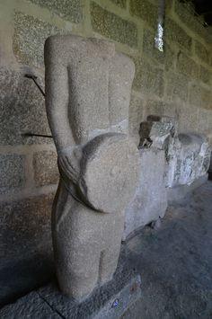 Esculturas de guerreiros galaicos no Museu Martins Sarmento (Guimarães - Portugal).