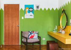Os donos desse apê apostaram na cor verde para pintar as paredes do quarto.