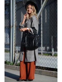 Natürlich macht der Balenciaga-Hype auch nicht vor den Bloggerinnen Halt. Hier seht ihr Simge Özgören von shortsandlipsticks mit einer klassischen, schwarzen Balenciaga Bag.