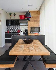 Trend Alert na área Madeira rústica e preto formam uma combinação mais que elegante para áreas externas ainda mais agora que todo mundo só quer ficar na varanda gourmet #inspiração
