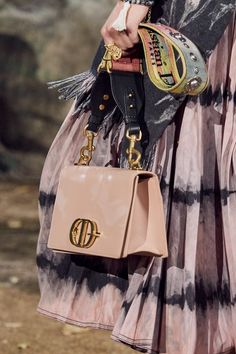 The complete Christian Dior Spring 2020 Ready-to-Wear fashion show now on Vogue Runway. Christian Dior, Fashion 2020, Fashion Show, Club Fashion, 1950s Fashion, Luxury Bags, Luxury Handbags, Vogue Paris, Dior Paris
