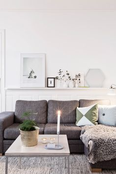 A ROMANTIC LIVING ROOM INTERIOR | Create simple yet cozy and romantic living room decors with small details | www.bocadolobo.com #homedesign
