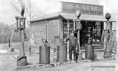 Model T Ford Forum: Prolific Inventor Sylvanus Freelove Bowser's Amazing Gas Pumps Pictures Of Gases, Old Pictures, Old Photos, Old Gas Pumps, Vintage Gas Pumps, Vintage Metal, Pompe A Essence, Gas Service, Old Garage