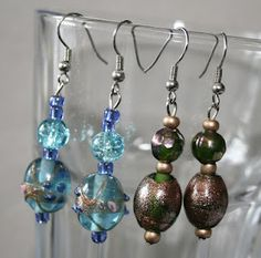 I made these earrings, they are really easy and quick to make! You can buy beads or reuse old beads. The green earrings are made with beads from an old H bracelet of which the elastic broke.