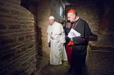 Primo Pontefice a scendere negli scavi della Necropoli vaticana, sotto la basilica, Francesco lunedì  pomeriggio ha pregato «in raccoglimento profondo e commosso» sulla tomba di San Pietro (Ap)