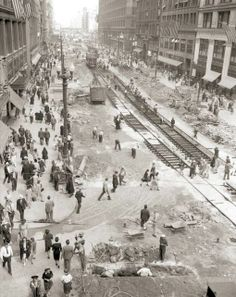 PHOTO - CHICAGO - STATE STREET - CONSTRUCTION OF SUBWAY - CROWDS - TEMPORARY STREETCAR TRACKS - AERIAL - EARLY 1940s