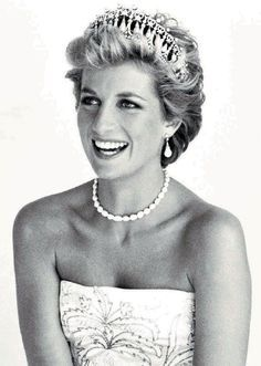 Lady Di kicks off our series of 'women of style' just in time for Mother's Day. Princess Diana Photos, Princess Diana Family, Princess Of Wales, Lady Diana Spencer, Beautiful People, Most Beautiful, Diana Fashion, Mario Testino, Looks Black