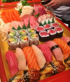 Does it get better? Sweet Sushi, Sushi Love, Sushi Roll Recipes, Sashimi Sushi, Dessert Sushi, Sushi Platter, Tasty, Yummy Food, Aesthetic Food