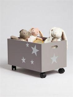Une caisse à jouets décorée d'étoiles