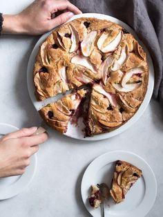 Opskrift på en æblekage med brombær og marcipan. Marcipankagen er blød og svampet på den helt uimodståelige måde og helt perfekt til efteråret. No Bake Cake, Just Desserts, Apple Pie, Creme, Sweets, Recipes, Food, Hygge, Danish