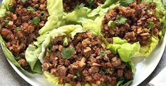 Beef Lettuce Wraps // Tangy marinated beef is wrapped in refreshing lettuce leaves in this quick and easy Asian lettuce wrap recipe. Asian Lettuce Wraps, Lettuce Wrap Recipes, Wraps Vegan, Healthy Snacks, Healthy Recipes, Healthy Dinners, Eat Healthy, Delicious Recipes, Salads