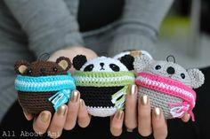 Давайте украсим елку этими милыми зверюшками-шарами, укутанными в шарфы. Кого связать: медведя, панду или коалу – решать Вам, но лучше сразу всех троих! Автор Stephanie. Перевод описания с ан…
