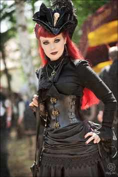 exquisite black gothic/steampunk outfit - the leather corset part looks uncomfortable, but I like the rest a lot. Costume Steampunk, Viktorianischer Steampunk, Steampunk Clothing, Steampunk Fashion, Punk Costume, Punk Art, Dark Fashion, Gothic Fashion, Emo Fashion